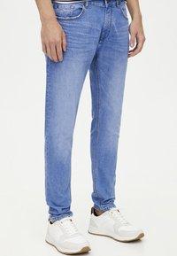 PULL&BEAR - Jeansy Slim Fit - blue - 0