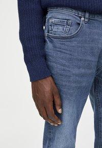 PULL&BEAR - IM USED-LOOK - Džíny Straight Fit - blue denim - 3