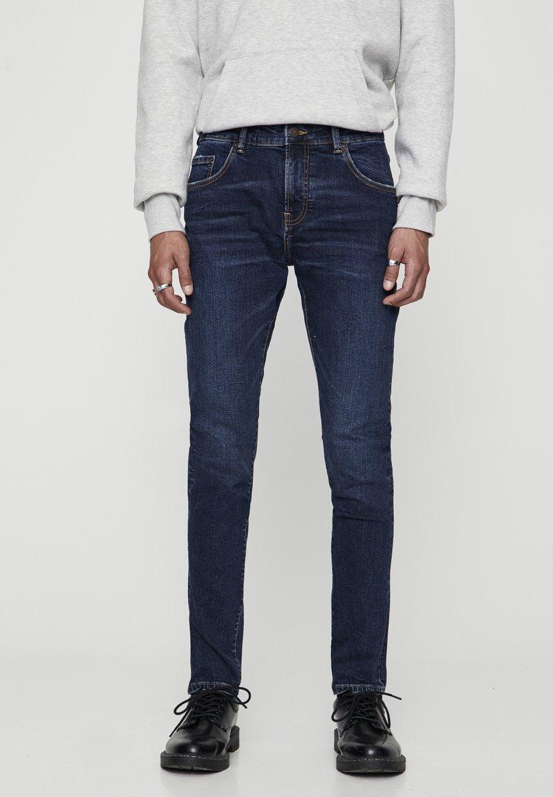 PULL&BEAR - DUNKELBLAUE SKINNY-JEANS 05682519 - Džíny Slim Fit - dark-blue denim