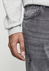 PULL&BEAR - PREMIUM-KAROTTENJEANS MIT ZIERRISSEN 05684525 - Slim fit jeans - dark grey - 4