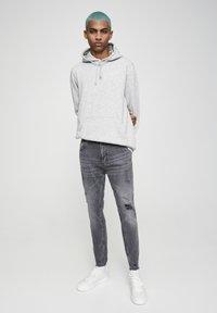 PULL&BEAR - PREMIUM-KAROTTENJEANS MIT ZIERRISSEN 05684525 - Slim fit jeans - dark grey - 1