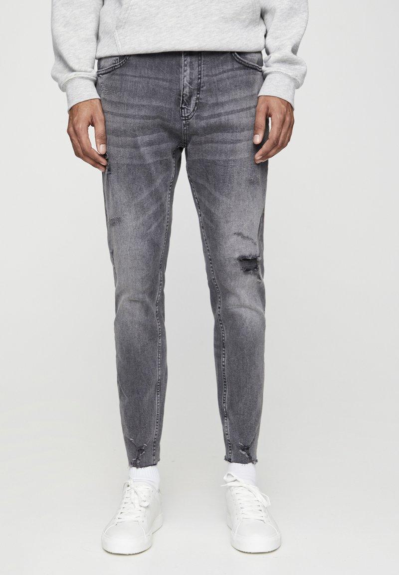 PULL&BEAR - PREMIUM-KAROTTENJEANS MIT ZIERRISSEN 05684525 - Slim fit jeans - dark grey