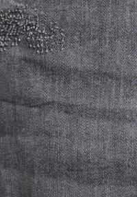 PULL&BEAR - PREMIUM-KAROTTENJEANS MIT ZIERRISSEN 05684525 - Slim fit jeans - dark grey - 6