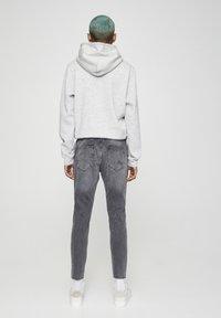 PULL&BEAR - PREMIUM-KAROTTENJEANS MIT ZIERRISSEN 05684525 - Slim fit jeans - dark grey - 2