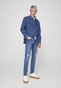 PULL&BEAR - MIT ZIERRISSEN 05682555 - Slim fit jeans - dark blue - 1