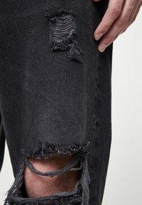 PULL&BEAR - MIT ZIERRISSEN  - Relaxed fit jeans - mottled dark grey - 4