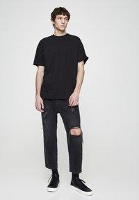 PULL&BEAR - MIT ZIERRISSEN  - Relaxed fit jeans - mottled dark grey - 1