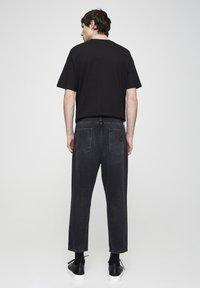 PULL&BEAR - MIT ZIERRISSEN  - Relaxed fit jeans - mottled dark grey - 2