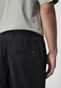 PULL&BEAR - MIT STRETCHBUND  - Jeans Tapered Fit - mottled dark grey - 4