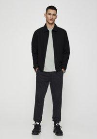 PULL&BEAR - MIT STRETCHBUND  - Jeans Tapered Fit - mottled dark grey - 1