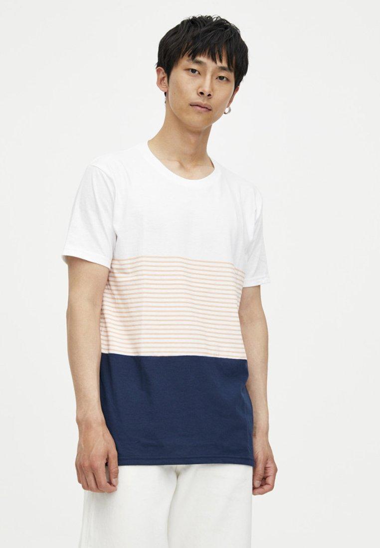 PULL&BEAR - MIT BLOCKSTREIFEN - Print T-shirt - orange