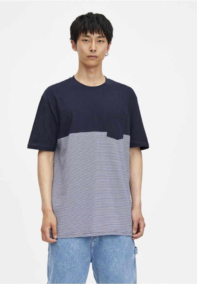 PULL&BEAR MIT COLOUR-BLÖCKEN - T-shirt z nadrukiem - dark blue