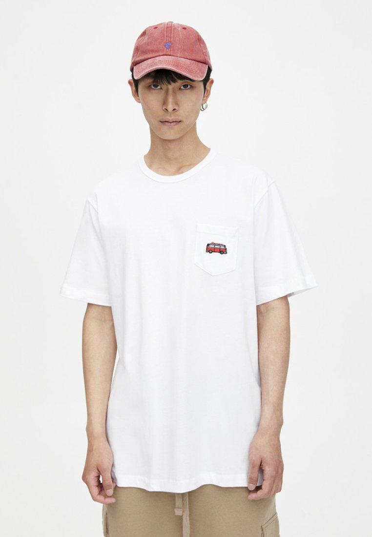 PULL&BEAR - MIT AUFGESTICKTEM BULLI - Print T-shirt - white