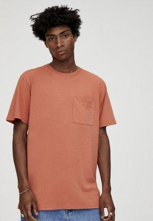MIT TASCHE - T-shirt basic - rose