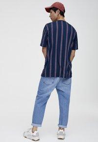 PULL&BEAR - T-Shirt print - bordeaux - 2