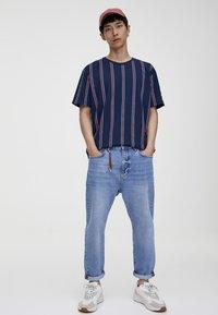PULL&BEAR - T-Shirt print - bordeaux - 1