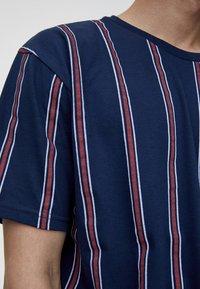 PULL&BEAR - T-Shirt print - bordeaux - 4