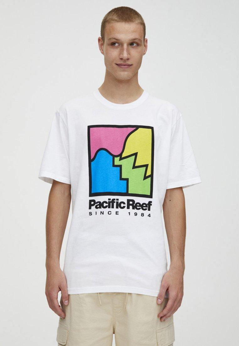PULL&BEAR T-shirt z nadrukiem - white