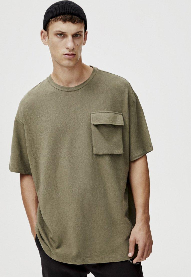 PULL&BEAR - MIT TASCHEN - Print T-shirt - khaki
