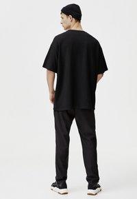 PULL&BEAR - MIT TASCHEN - T-shirt print - black - 1