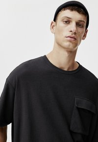 PULL&BEAR - MIT TASCHEN - T-shirt print - black - 4