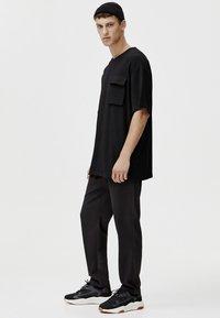 PULL&BEAR - MIT TASCHEN - T-shirt print - black - 2
