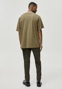 PULL&BEAR - MIT GEOMETRISCHEN FORMEN - T-Shirt print - khaki - 2