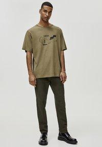 PULL&BEAR - MIT GEOMETRISCHEN FORMEN - T-Shirt print - khaki - 1