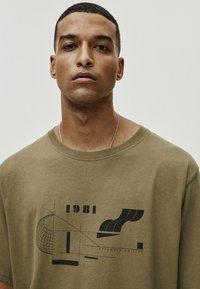 PULL&BEAR - MIT GEOMETRISCHEN FORMEN - T-Shirt print - khaki - 4