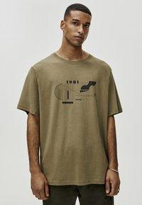 PULL&BEAR - MIT GEOMETRISCHEN FORMEN - T-Shirt print - khaki - 0