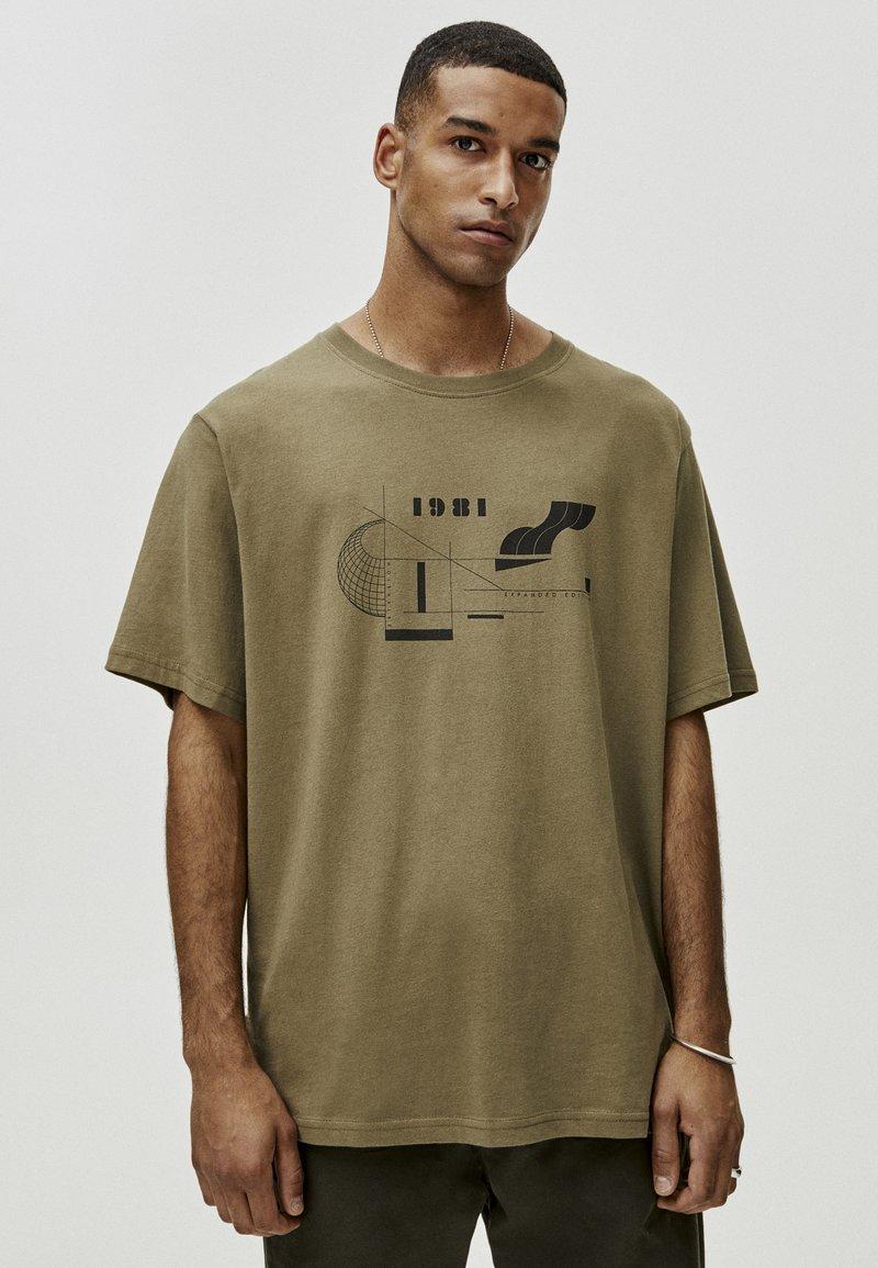 PULL&BEAR - MIT GEOMETRISCHEN FORMEN - T-Shirt print - khaki