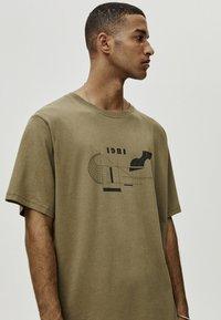 PULL&BEAR - MIT GEOMETRISCHEN FORMEN - T-Shirt print - khaki - 3