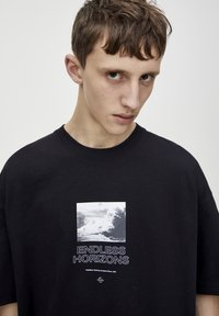 PULL&BEAR - SCHWARZES T-SHIRT MIT FARBLICH ABGESETZTEM MOTIV 09243530 - T-shirt imprimé - black - 4