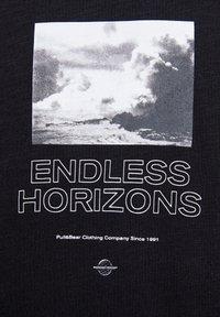 PULL&BEAR - SCHWARZES T-SHIRT MIT FARBLICH ABGESETZTEM MOTIV 09243530 - T-shirt imprimé - black - 5