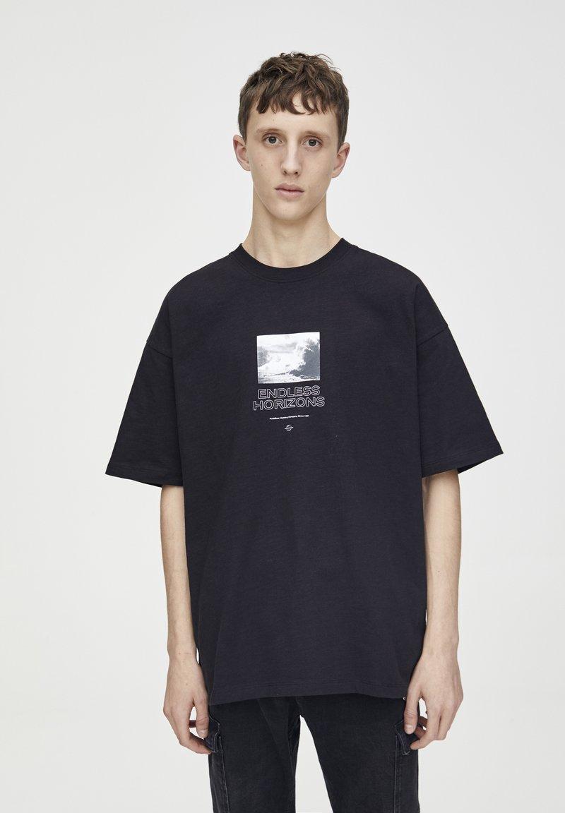 PULL&BEAR - SCHWARZES T-SHIRT MIT FARBLICH ABGESETZTEM MOTIV 09243530 - T-shirt imprimé - black