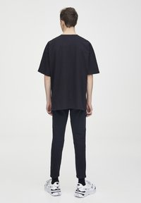PULL&BEAR - SCHWARZES T-SHIRT MIT FARBLICH ABGESETZTEM MOTIV 09243530 - T-shirt imprimé - black - 2