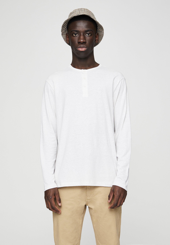 PULL&BEAR SHIRT MIT RUNDAUSSCHNITT MIT KNOPFLEISTE UND KNÖPFEN 05234500 - Bluzka z długim rękawem - off-white