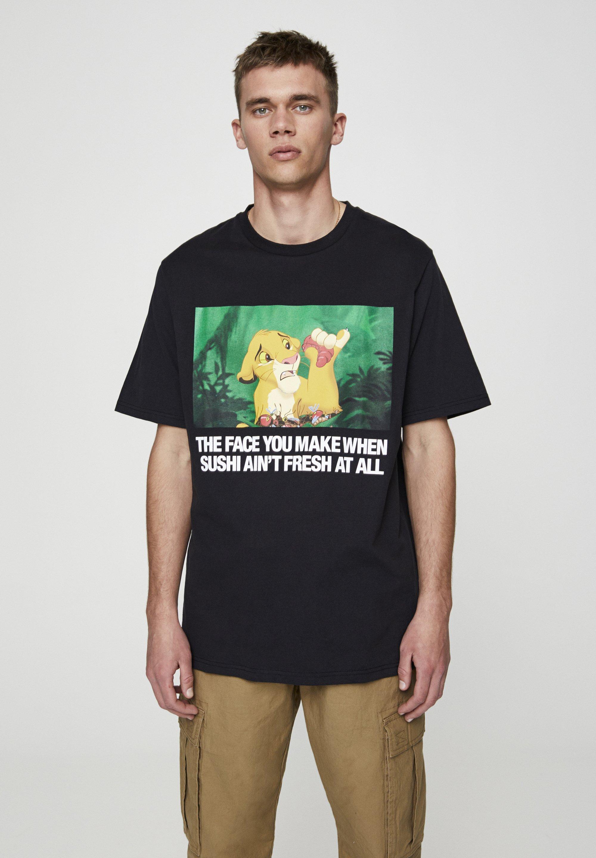 "PULL&BEAR SHIRT ""SIMBA MIT SUSHI"" MIT SLOGAN 05234537 - T-shirt z nadrukiem - black"