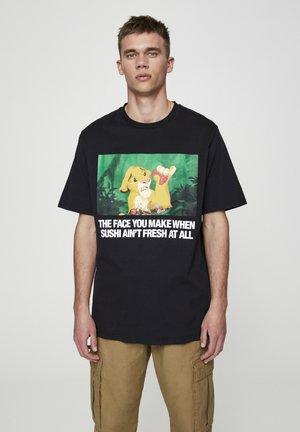 "SHIRT ""SIMBA MIT SUSHI"" MIT SLOGAN 05234537 - T-shirt med print - black"