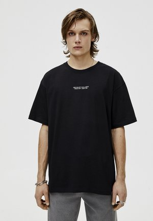 MIT KONTRASTFARBENEM SLOGAN - T-shirt imprimé - black