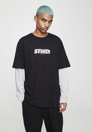 """SCHWARZES T-SHIRT """"STWD"""" MIT FARBLICH ABGESETZTEM MOTIV 05234561 - T-shirt imprimé - black"""