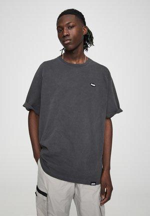 MIT KONTRASTIERENDEM LOGO - Basic T-shirt - black