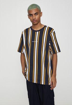 MIT LÄNGSSTREIFEN  - T-shirt print - mottled dark blue