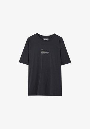 MIT FARBLICH ABGESETZTEM SLOGAN  - T-Shirt print - mottled black