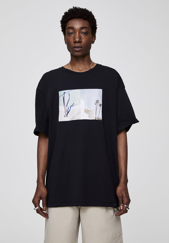 PULL&BEAR MIT GEBÄUDE-MOTIV  - T-shirt z nadrukiem - black