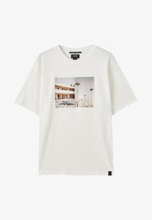 MIT GEBÄUDE-MOTIV  - T-shirt con stampa - white