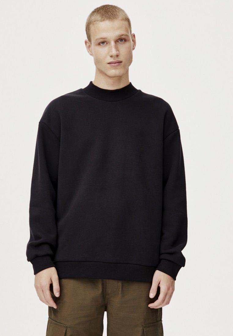 PULL&BEAR - MIT GERIPPTEM STEHKRAGEN UND TASCHEN - Sweatshirt - black