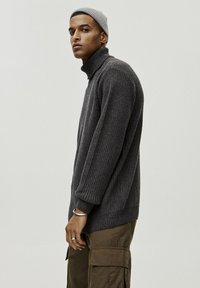 PULL&BEAR - MIT VOLLPATENTMUSTER - Trui - dark grey - 3