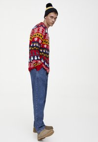 PULL&BEAR - MIT COLOUR-BLOCK-PRINT - Neule - red - 1