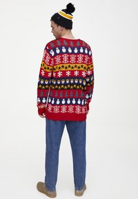 PULL&BEAR - MIT COLOUR-BLOCK-PRINT - Neule - red - 2
